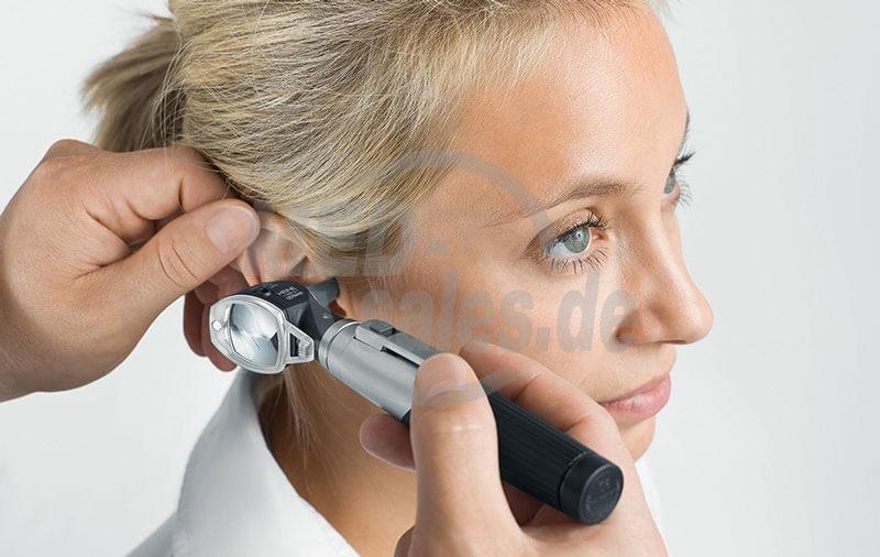 Heine mini 3000 Otoskop in der Anwendung